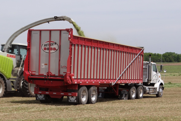 Meyer Farm | Rear Unload Forage Boxes | 9100 RT BOSS Semi